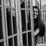 Jovem mulher na varanda de uma casa de campo Fotos de Stock Royalty Free