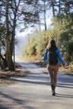 Jovem mulher na viagem por estrada Foto de Stock Royalty Free