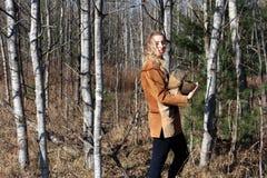 Jovem mulher nas madeiras, registros levando Fotografia de Stock
