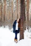 Jovem mulher natural na floresta do inverno Imagem de Stock