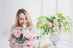 Jovem mulher natural que levanta com flores Fotografia de Stock