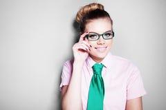 Jovem mulher nerdy bonita nos vidros Foto de Stock