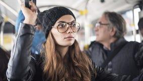 Jovem mulher no ônibus imagem de stock