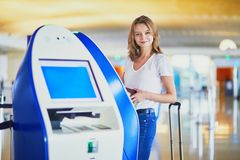 Jovem mulher no aeroporto internacional imagens de stock royalty free