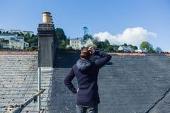 Jovem mulher no andaime pelo telhado imagens de stock royalty free