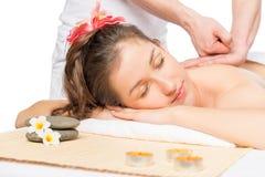 Jovem mulher no armário dos termas com massagista profissional foto de stock royalty free