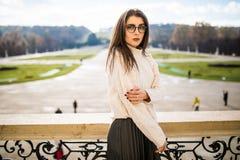 Jovem mulher no balkon da casa no fundo do parque Foto de Stock Royalty Free