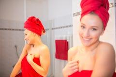 Jovem mulher no banheiro Imagens de Stock