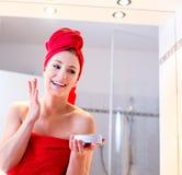 Jovem mulher no banheiro Fotografia de Stock Royalty Free