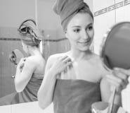 Jovem mulher no banheiro Fotografia de Stock