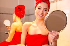 Jovem mulher no banheiro Imagens de Stock Royalty Free