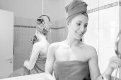 Jovem mulher no banheiro Imagem de Stock Royalty Free
