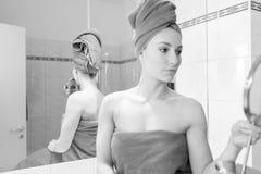 Jovem mulher no banheiro Imagem de Stock