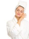Jovem mulher no bathrobe que aprecia o frescor Fotografia de Stock Royalty Free