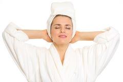 Jovem mulher no bathrobe que aprecia o frescor Fotos de Stock