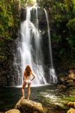 Jovem mulher no biquini que está por cachoeiras médias de Tavoro na BO Imagem de Stock Royalty Free