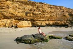 Jovem mulher no biquini que senta-se no La Mina Beach na nação de Paracas Imagem de Stock Royalty Free