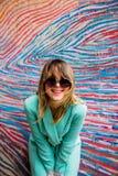 Jovem mulher no blazer do estilo 90s e dos óculos de sol imagens de stock