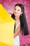 jovem mulher no branco com um guarda-chuva amarelo Imagem de Stock