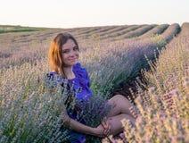 Jovem mulher no campo da alfazema Fotos de Stock Royalty Free