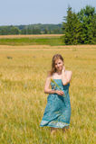 Jovem mulher no campo do verão Fotografia de Stock