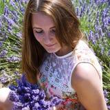 Jovem mulher no campo floral da alfazema Fotografia de Stock Royalty Free