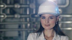 Jovem mulher no capacete video estoque
