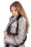Jovem mulher no casaco de pele luxuoso que olha a câmera imagens de stock royalty free