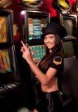 Jovem mulher no casino em um slot machine Foto de Stock