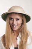 Jovem mulher no chapéu do safari Fotografia de Stock