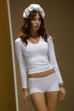 Jovem mulher no desfile de moda branco da expo de Moscou Lingrie do roupa interior Foto de Stock