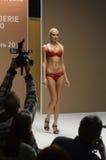 Jovem mulher no desfile de moda vermelho da expo de Moscou Lingrie do roupa interior Fotografia de Stock Royalty Free