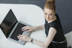 Jovem mulher no escritório Imagem de Stock