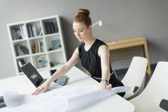 Jovem mulher no escritório Fotos de Stock