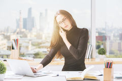 Jovem mulher no escritório Foto de Stock Royalty Free