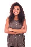 Jovem mulher no fundo branco com os braços cruzados Imagens de Stock Royalty Free