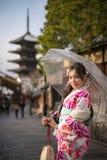 Jovem mulher no guarda-chuva do espaço livre do quimono Fotografia de Stock Royalty Free