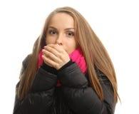 A jovem mulher no inverno tenta aquecer suas mãos imagem de stock royalty free