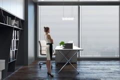 Jovem mulher no lado do escritório Fotografia de Stock
