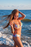 Jovem mulher no mar Báltico Fotos de Stock Royalty Free