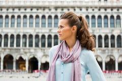 Jovem mulher no marco de san da praça em Veneza, Italia Fotos de Stock Royalty Free