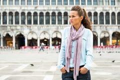 Jovem mulher no marco de san da praça em Veneza, Italia Imagem de Stock
