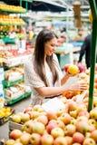 Jovem mulher no mercado Fotos de Stock Royalty Free