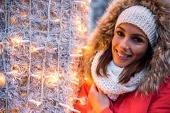 Jovem mulher no mercado do Natal Imagens de Stock