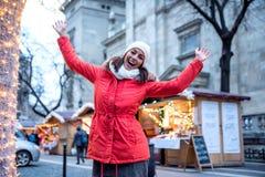 Jovem mulher no mercado do Natal Fotografia de Stock Royalty Free