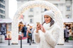 Jovem mulher no mercado do Natal Imagem de Stock