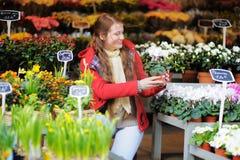 Jovem mulher no mercado parisiense das flores Fotografia de Stock Royalty Free