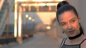 Jovem mulher no movimento lento vídeos de arquivo
