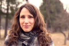 Jovem mulher no parque da mola Cor morna tonificada Imagens de Stock Royalty Free