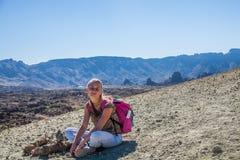 Jovem mulher no parque nacional de Teide Imagens de Stock Royalty Free